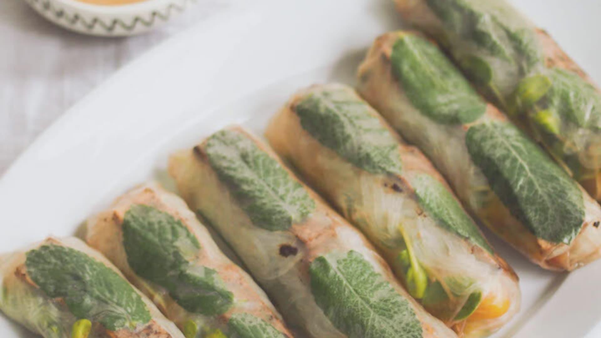 RECEPT: veganski vietnamski zavitki z arašidovo satay omako