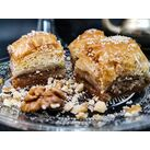 turška baklava z orehi na steklenem krožniku copyright Svilna pot